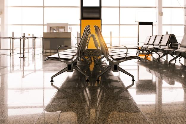 Sala de espera vazia do terminal de aeroporto com cadeiras