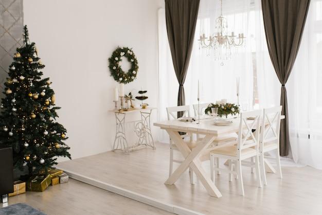 Sala de estar branca clássica com decoração de natal