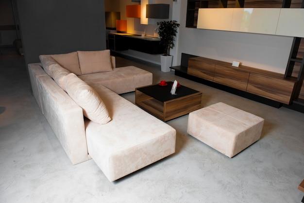 Sala de estar cara, com mesa e sofá