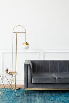 Sala de estar chique com estética moderna e luxuosa de meados do século, com sofá de veludo cinza e tapete azul
