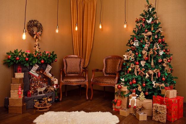 Sala de estar com árvore de natal decorada por luzes apresenta presentes e guirlanda de iluminação dentro de casa