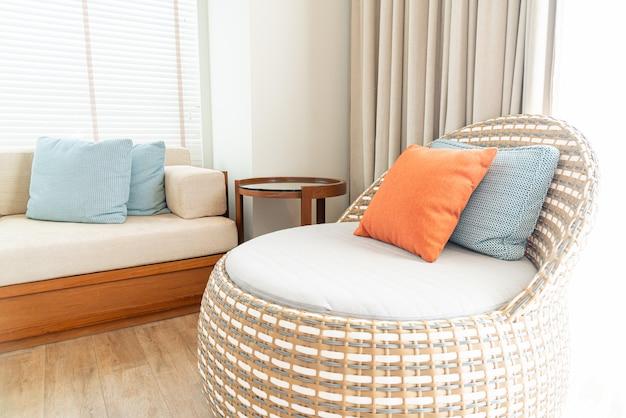 Sala de estar com cadeira e sofá chillout
