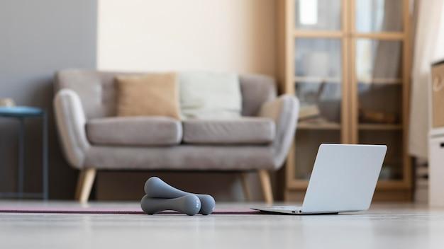 Sala de estar com halteres no chão