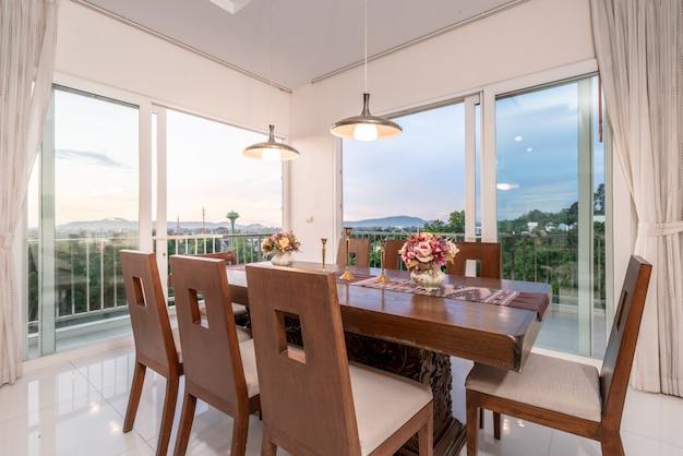 Sala de estar com mesa de jantar