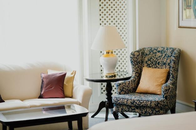 Sala de estar com mobiliário antigo