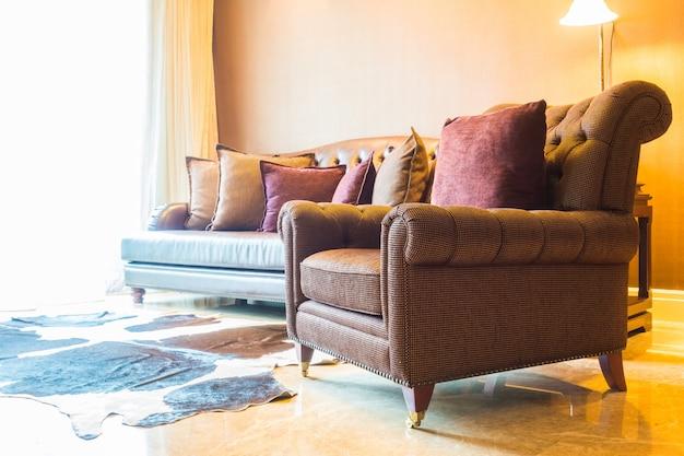 Sala de estar com sofás arrumado