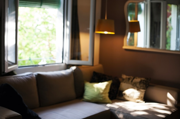 Sala de estar confortável com sofá e janela aberta