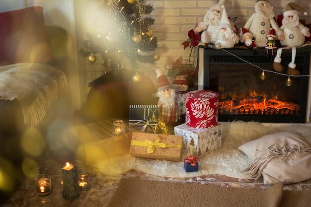 Sala de estar da casa com enfeites de natal e presentes debaixo da árvore de natal.