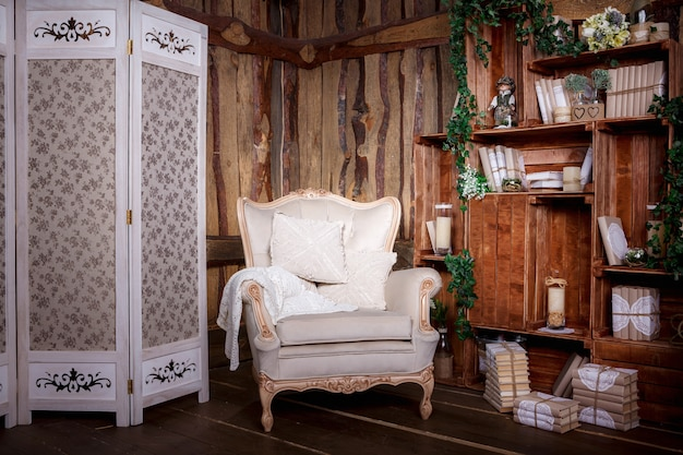 Sala de estar de madeira com cadeira bege e estante
