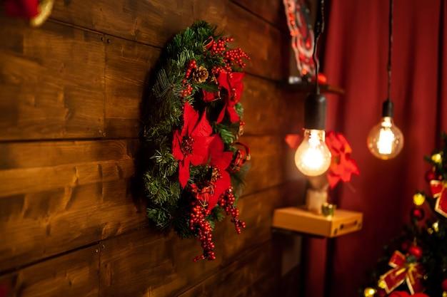 Sala de estar de natal com linda guirlanda de natal na parede. linda decoração.