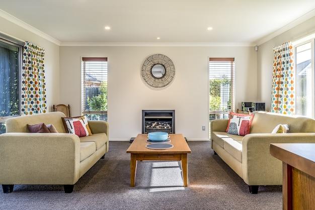 Sala de estar de um apartamento moderno com dois sofás idênticos opostos um ao outro