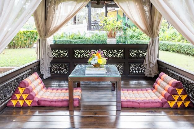 Sala de estar do pavilhão no jardim no recurso tropical para o descanso e a massagem.