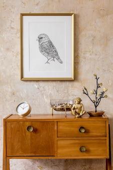 Sala de estar elegante com cômoda vintage, moldura de ouro, relógio de ouro, decoração, parede grunge e acessórios pessoais elegantes em decoração retro moderna.