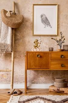 Sala de estar elegante com cômoda vintage, moldura dourada, escada de madeira, bolsa, xadrez, decoração, parede grunge e acessórios pessoais elegantes em decoração retro moderna.