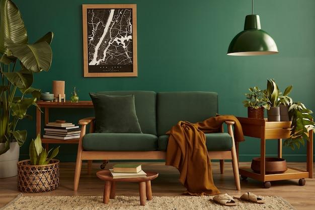 Sala de estar elegante com design interior retro moderno, sofá de veludo, tapete no chão, móveis de madeira castanha, plantas, mapa, livro, candeeiro