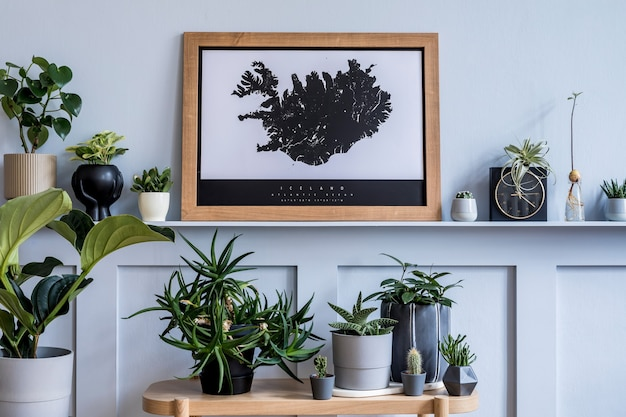 Sala de estar elegante com mapa de pôster mock up lindas plantas e acessórios pessoais elegantes
