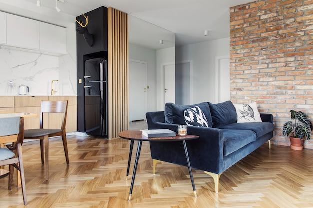 Sala de estar escandinava elegante com sofá de design e estante de livros