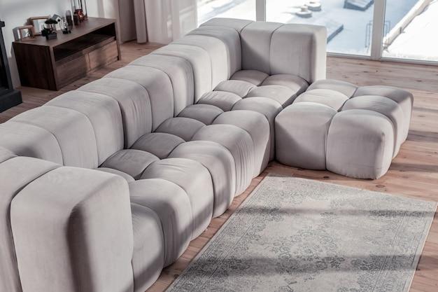 Sala de estar. foto focada em móveis que cabem em carpete