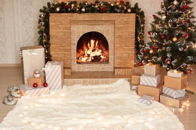 Sala de estar iluminada com carpete macio branco, lareira com fogo aceso, caixas de presentes para saudação de natal, quarto decorativo de natal, celebração do feriado de inverno.