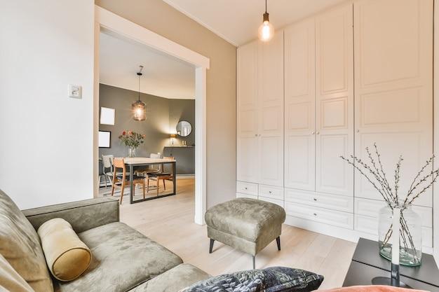 Sala de estar iluminada em casa moderna de luxo