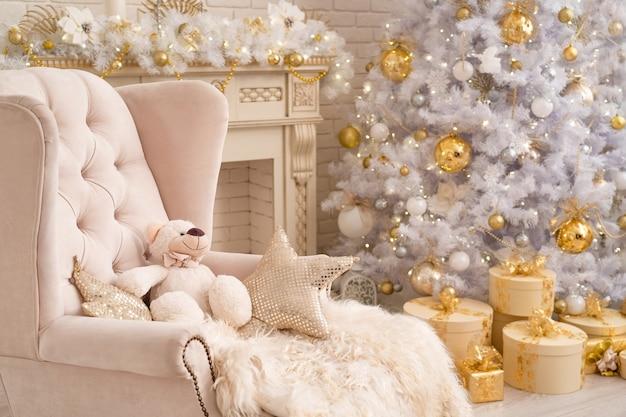 Sala de estar interior em cores vivas, decorada para o natal.