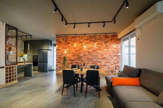 Sala de estar luxuosa moderna em cinza escuro e preto com mesa de jantar