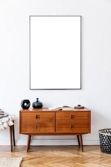 Sala de estar minimalista com modelo de modelo de cômoda retro e acessórios de madeira com moldura de pôster