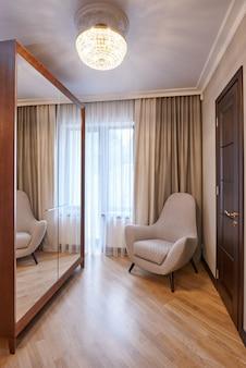 Sala de estar moderna com cadeira confortável
