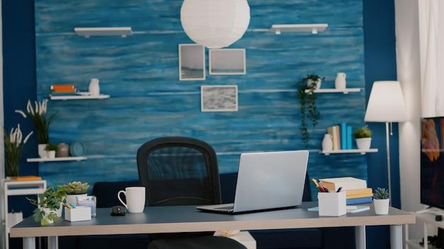 Sala de estar moderna e bem iluminada sem ninguém nela, com móveis azuis e paredes lindamente decoradas ...