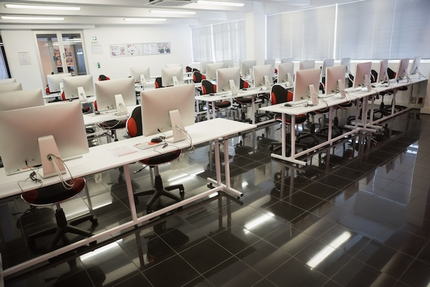 Sala de informática vazia na faculdade
