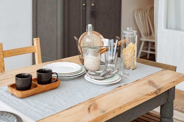 Sala de jantar aconchegante com mesa de jantar em estilo escandinavo