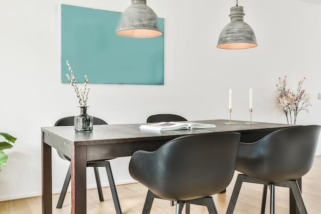 Sala de jantar bem iluminada com mesa e cadeiras decorativas em estilo luxuoso. elegância no interior de uma casa moderna