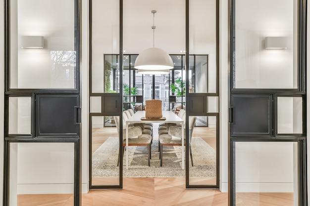 Sala de jantar elegante com portas de vidro em um estilo atraente e luxuoso