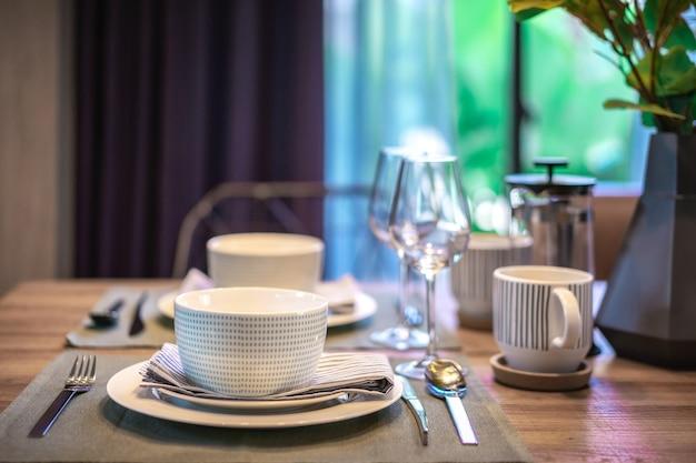 Sala de jantar elegante idéias de decoração. ajuste de utensílios de mesa preparado para café da manhã.