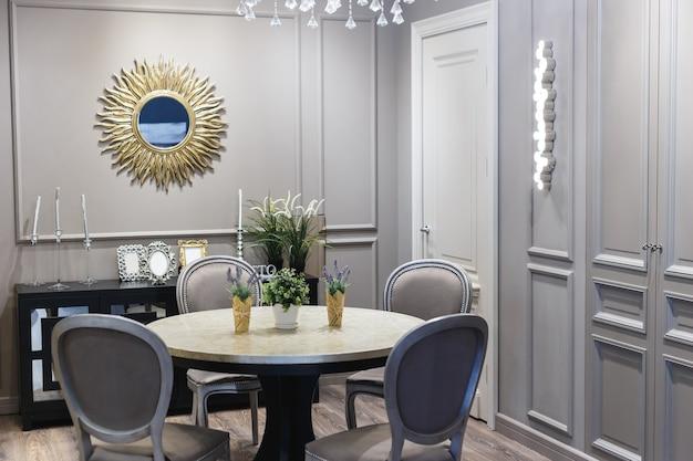 Sala de jantar em casa luxuosa com portas francesas