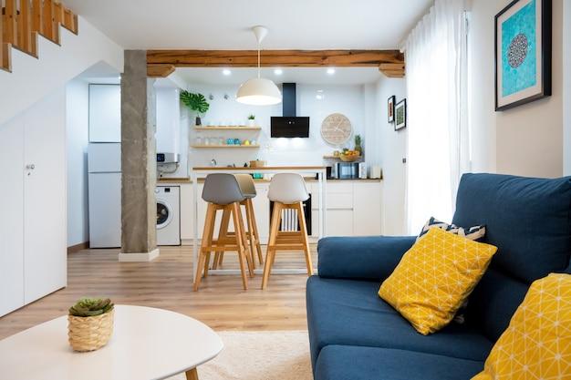 Sala de jantar espaçosa e bem iluminada conectada com a cozinha em estilo contemporâneo moderno