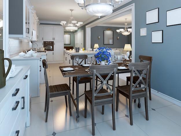 Sala de jantar mediterrânea com cozinha em fundo de paredes azul-marinho e piso de mármore brilhante e mesa servida para seis pessoas.