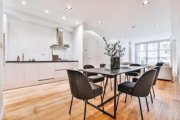 Sala de jantar moderna em casa luxuosa