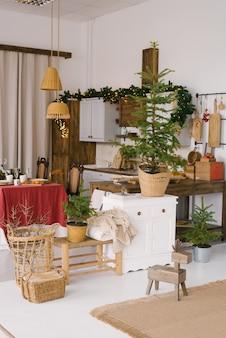 Sala de jantar vintage, decorada para o natal e o ano novo. muitas árvores de natal em vasos na cozinha