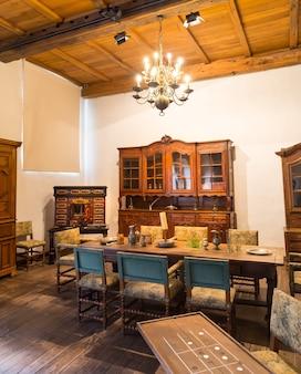 Sala de jantar vintage no antigo castelo, na europa. arquitetura tradicional europeia, lugares famosos para turismo e viagens, interior de cozinha medieval, utensílios antigos