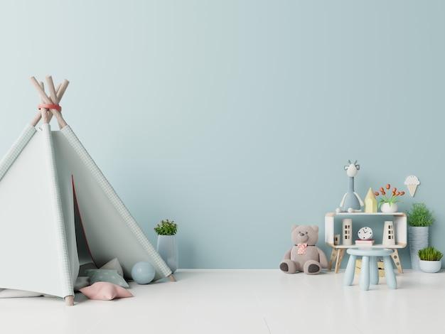 Sala de jogos de crianças com tenda e mesa sentado boneca no fundo da parede azul vazia.
