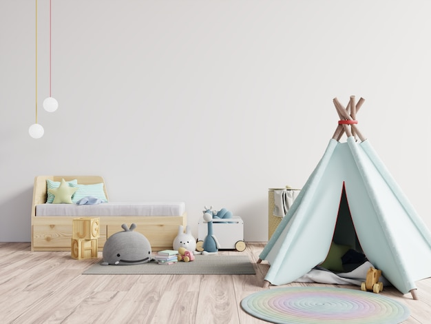 Sala de jogos infantil com tenda e mesa, sentado atrás da parede branca, boneca.
