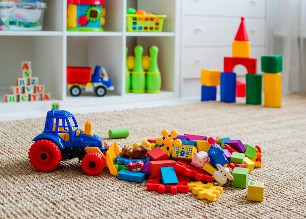 Sala de jogos infantis com brinquedos de blocos educacionais coloridos de plástico. andar de jogos para o jardim de infância de pré-escolares. quarto interior das crianças. espaço livre. mock up de fundo