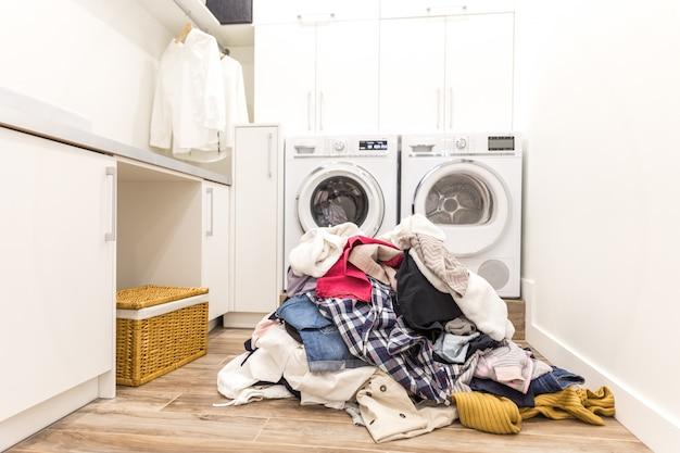 Sala de laudry com uma pilha de roupas sujas