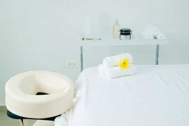 Sala de massagem no salão do spa. mesa de massagem branca