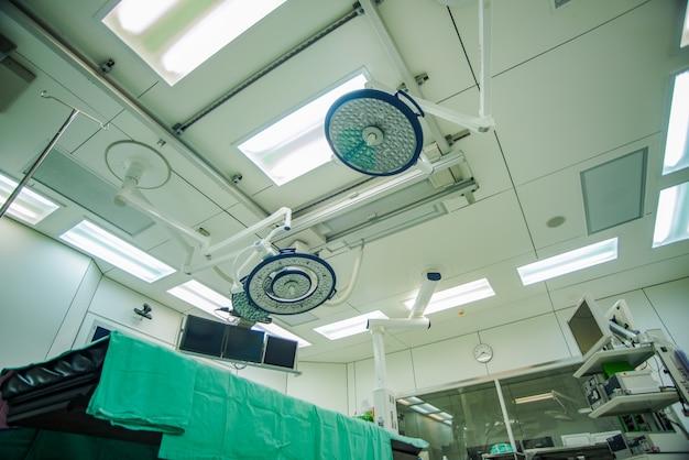 Sala de operações com equipamentos e equipamentos médicos modernos.