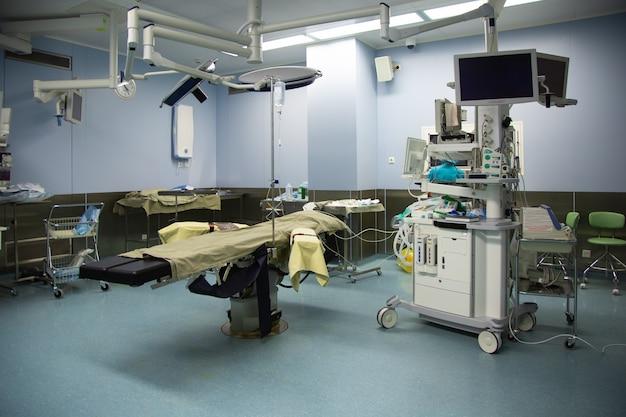 Sala de operações com equipamentos modernos na clínica.