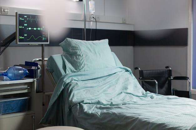 Sala de recuperação com camas e equipamentos médicos confortáveis em um hospital