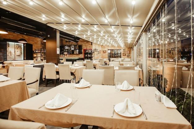 Sala de restaurante com muita mesa