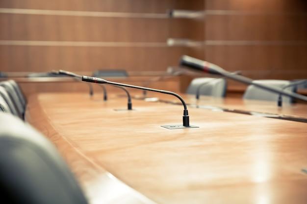 Sala de reuniões e microfone profissional para reuniões.